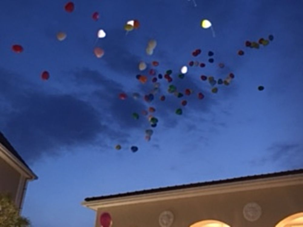 幸せを願って大空へ風船。